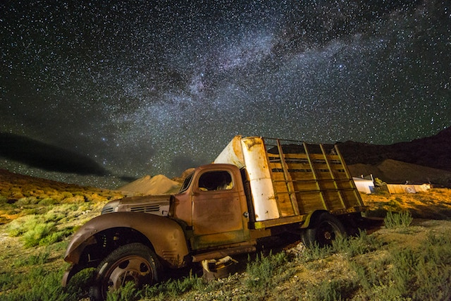 old-truck-under-a-night-sky-filled-with-stars